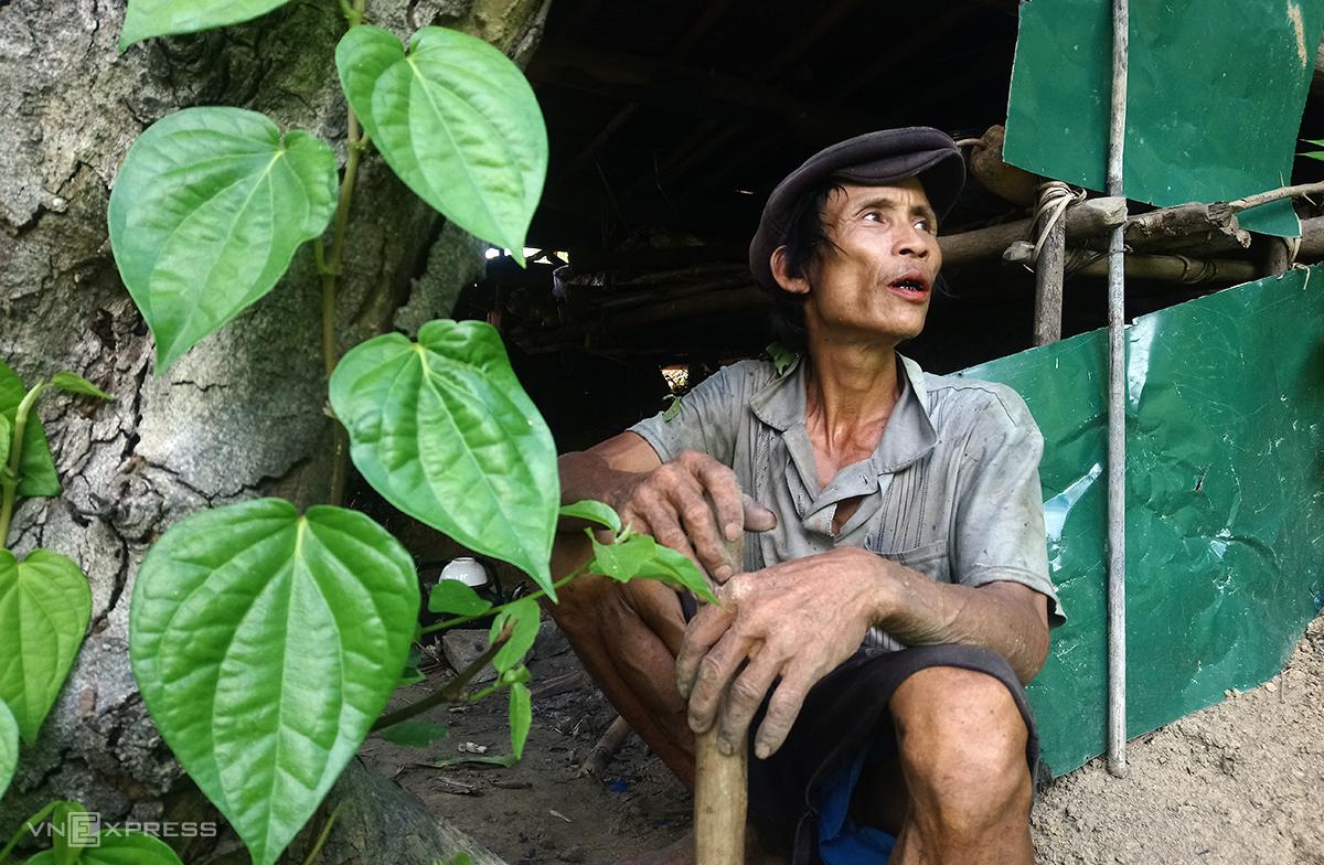 Hồ Văn Lang và cây trầu anh trồng bên căn chòi lá trên rẫy. Ảnh: Phạm Linh.