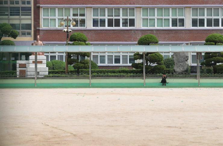 Sân chơi của một trường tiểu học ở thành phố Incheon, phía tây Seoul, trống trải vì học sinh tiếp tục nghỉ học, ngày 27/5. Ảnh: Yonhap