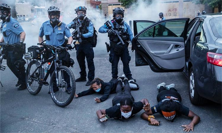 Cảnh sát bắt người biểu tình tại thành phố Minneapolis, bang Minnesota, ngày 31/5. Ảnh: NYT.