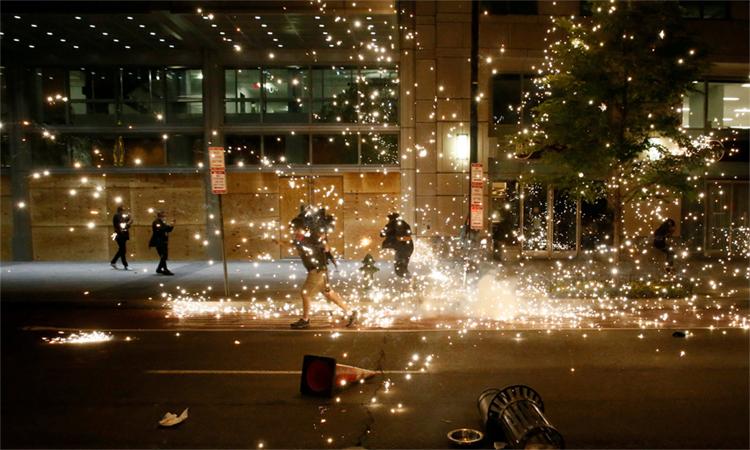 Người biểu tình tại thủ đô Washington D.C. chạy khi cảnh sát dùng vũ lực giải tán, ngày 31/5. Ảnh: Reuters.