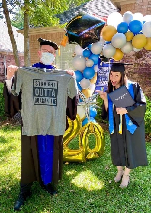 Thầy hiệu trưởng Scott (bên trái) khi trao bằng tốt nghiệp cho một học sinh nữ. Ảnh: Booker T. Washington HSPVA