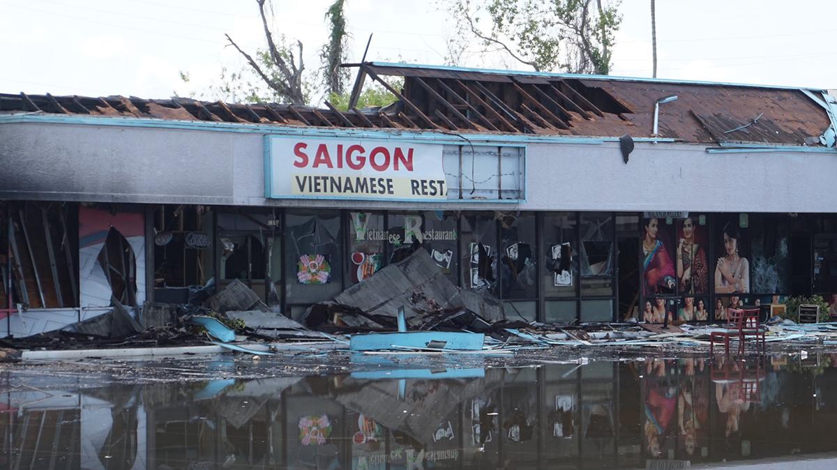 Nhà hàngSaigon Bay, thành phố Tampa, Florida, bị thiêu rụi trong cuộc bạo loạn đêm 30/5. Ảnh: Tampa Bay Times