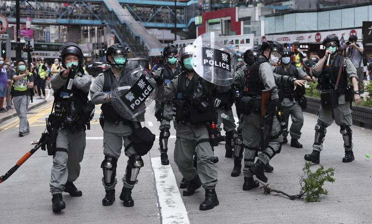 Cảnh sát Hong Kong đối phó biểu tình phản đối dự luật an ninh hồi cuối tháng 5. Ảnh: SCMP.
