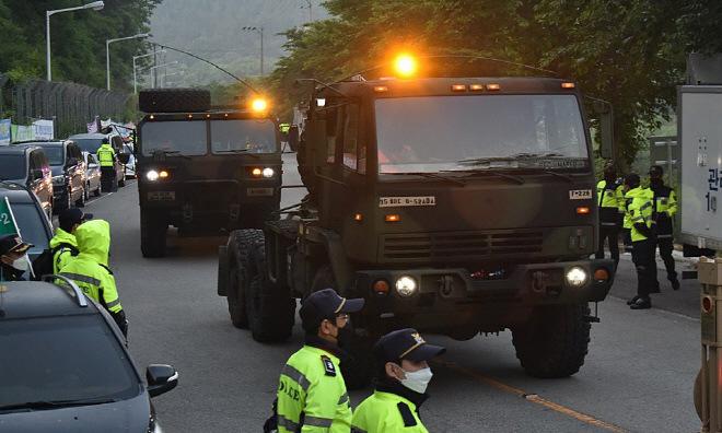 Thiết bị của THAAD được chuyển tới Seongju sáng 29/5. Ảnh: Yonhap.