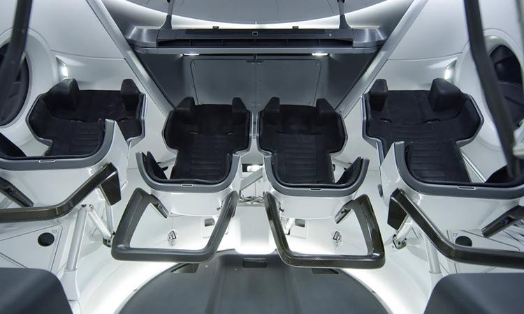 Crew Dragon có các kích cỡ ghế khác nhau với thiết kế tạo sự thoải mái cho phi hành gia. Ảnh: BBC.