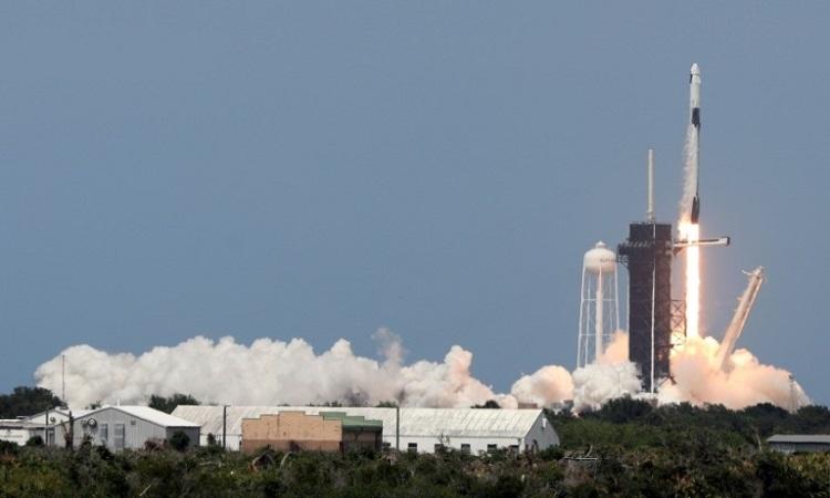 Tên lửa Falcon 9 của SpaceX rời khỏi vệ phóng. Ảnh:AFP.