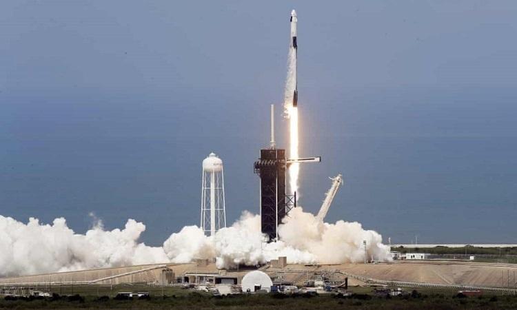 Tên lửa Falcon 9 mang tàu chở người Crew Dragon bay lên quỹ đạo hôm 31/5. Ảnh: Guardian.