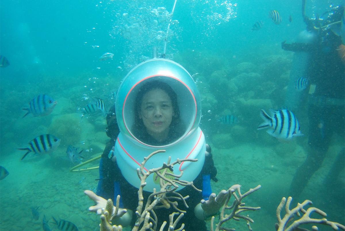 Du khách Đặng Mai Phương lặn ngắm san hô ở vịnh Nha Trang. Ảnh: An Phước.