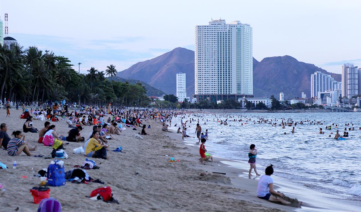 Bãi biển Nha Trang đông đúc người dân tập trung đến vui chơi và tắm, chiều 1/6. Ảnh: Xuân Ngọc