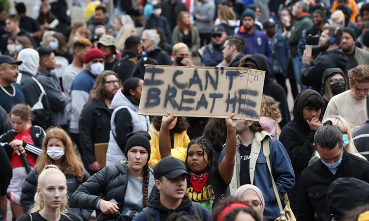 Biểu tình ở Auckland, New Zealand, ngày 1/6, nhằm phản đối bạo lực với người da màu sau vụ cảnh sát Mỹ ghì chếtGeorge Floyd. Ảnh: AFP.
