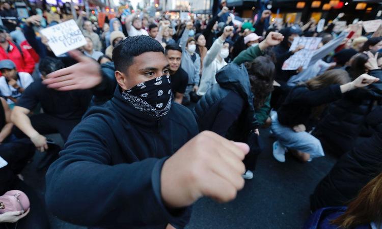 Người biểu tình tại thành phố Auckland, New Zealand, hôm 1/6. Ảnh: AP.