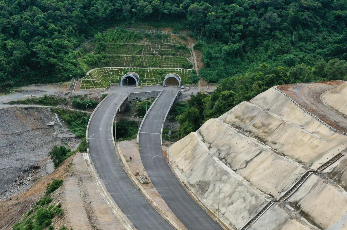 Cao tốc La Sơn - Túy Loan nối tỉnh Thừa Thiên Huế với TP Đà Nẵng có điểm đầu tại ngã ba xã Lộc Sơn, điểm kết thúc ở Túy Loan, huyện Hòa Vang. Tuyến cao tốc có tổng kinh phí xây dựng hơn 11.000 tỷ đồng với 4 làn xe. Ảnh: Võ Thạnh.