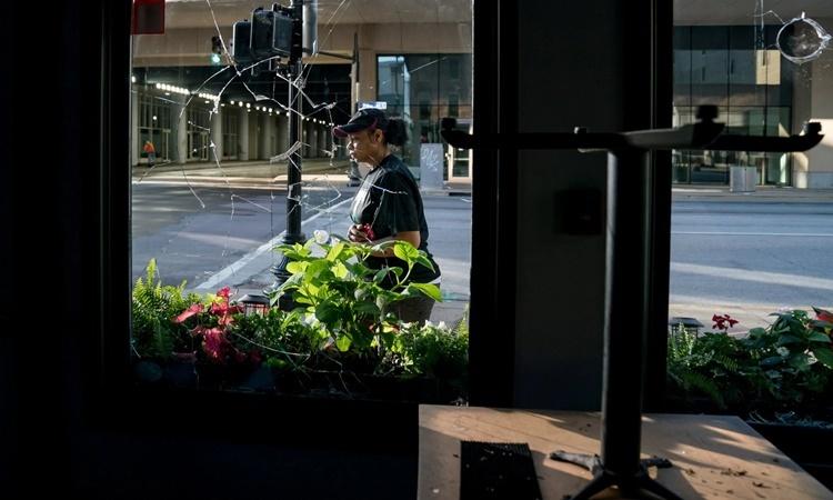 Một nhà hàng ở Louisville, Kentucky, bị người biểu tình đập vỡ cửa kính. Ảnh: NYTimes.