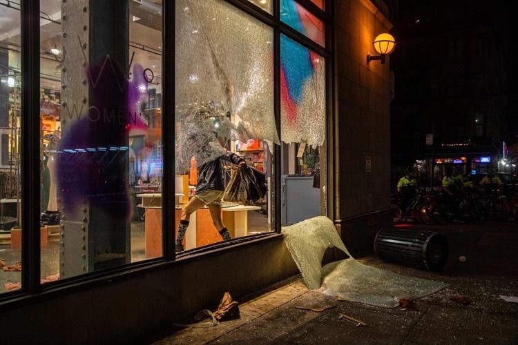 Một cửa hàng thời trang ở Manhattan, New York, bị cướp bóc, đập phá tối 30/5. Ảnh: NYTimes.