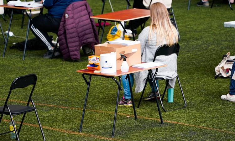 Sân vận động trong nhàVallhall ở thủ đô Oslo chuẩn bị làm địa điểm thi cho học sinh hồi tháng 5. Ảnh: Telegraph.