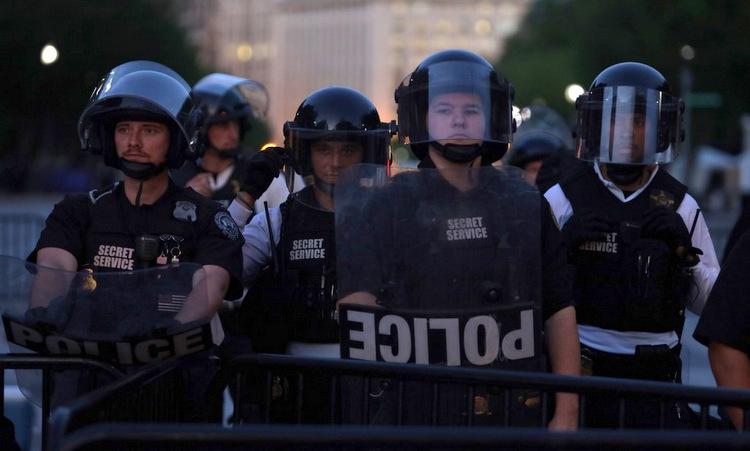 Đặc vụ Mỹ tại một chốt bảo vệ bên ngoài Nhà Trắng hôm 31/5. Ảnh: AFP.