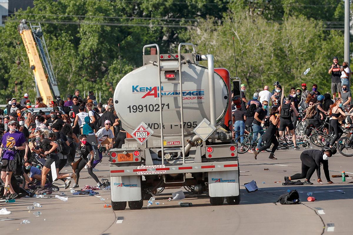 Chiếc xe bồn lao vào đám đông ở cao tốc ở Minneapolis hôm 31/5. Ảnh: Reuters