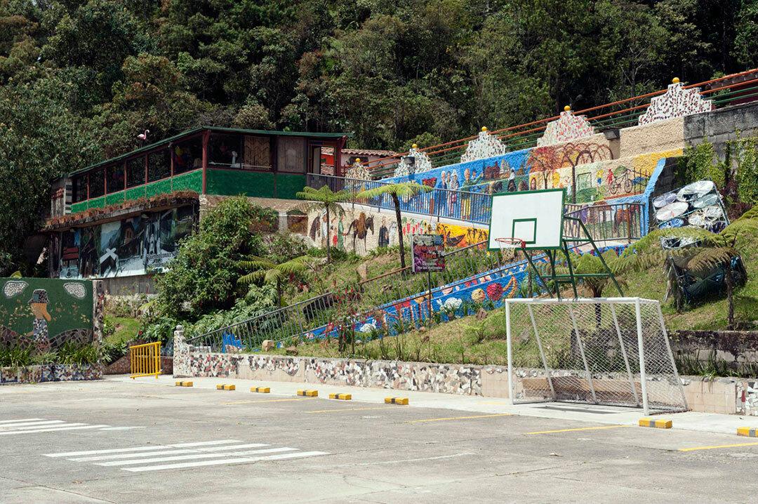La Catedral có đầy đủ tiện nghi như phòng gym, sân thể thao, hộp đêm, hồ bơi,... Ảnh: Airship Daily.