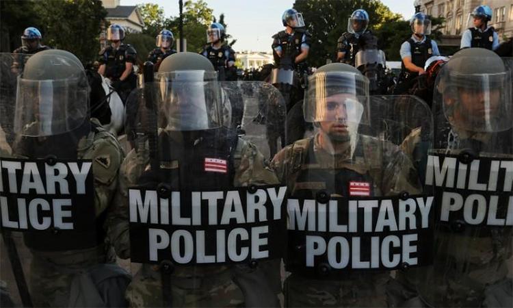 Quân cảnh của Vệ binh Quốc gia thủ đô Washington D.C. lập hàng rào an ninh bên ngoài Nhà Trắng, ngày 1/6. Ảnh: Reuters.