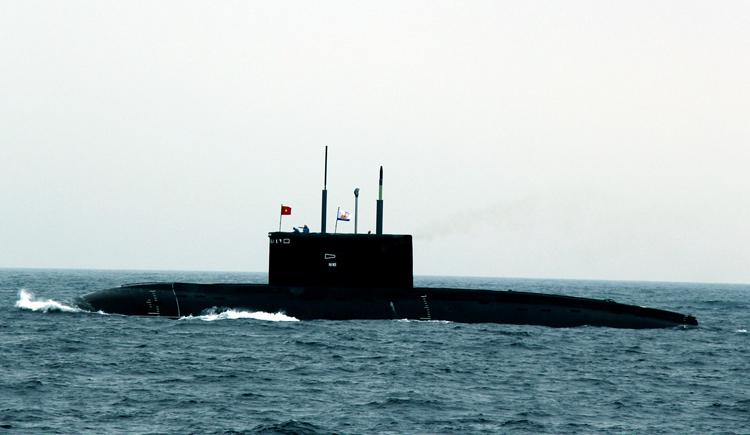Tàu ngầm HQ-182 Hà Nội làm nhiệm vụ huấn luyện trên Biển Đông. Ảnh: Quang Tiến