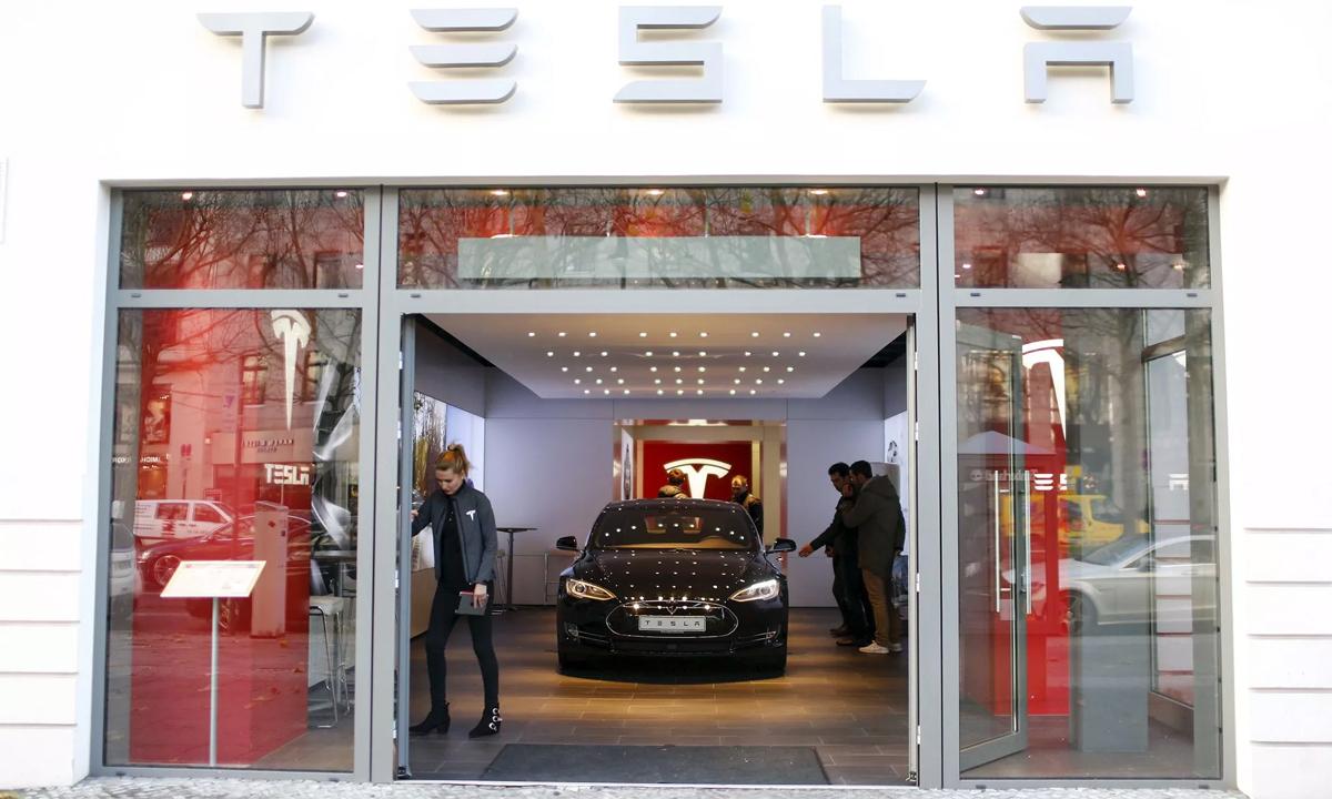 Môt cửa hàng trưng bày của Tesla tại Berlin, Đức. Ảnh: Reuters