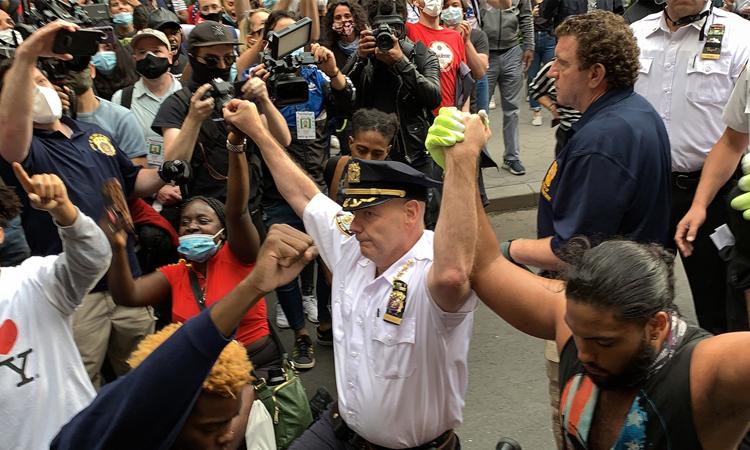Cảnh sát trưởng thành phố New York Terence Monahan quỳ cùng người biểu tìnhbên ngoài Công viên Quảng trường Washington hôm 1/6. Ảnh: NY Post.