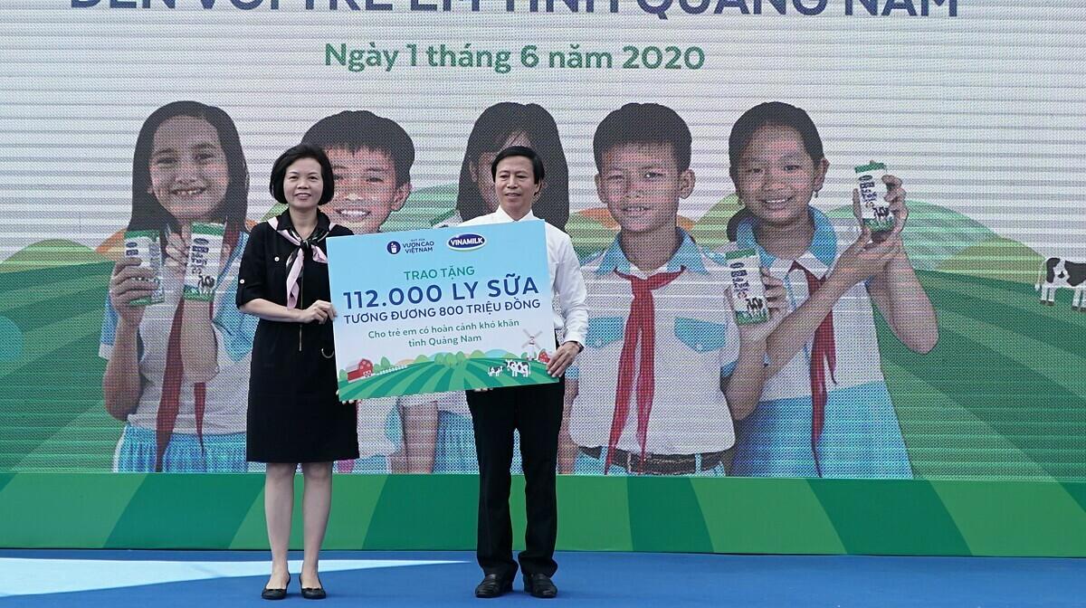 Đại diện Vinamilk trao tặng bảng tượng trưng 112.000 ly sữa từ Quỹ sữa Vươn cao Việt Nam cho trẻ em của tỉnh Quảng Nam.