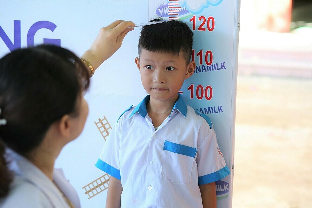 Các em học sinh được khám dinh dưỡng và kiểm tra sức khỏe bởi các bác sĩ của Trung tâm khám và tư vấn dinh dưỡng Vinamilk.