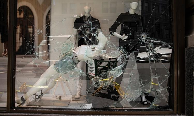 Một cửa hàng thời trang cao cấp bị đập phá ởManhattan, New York, Mỹ, hôm 1/6. Ảnh: New York Times.