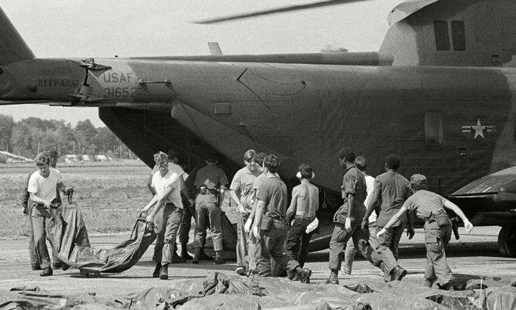 Thi thể nạn nhân được đưa xuống từ trực thăng quân đội Mỹ tạiGeorgetown, thủ đôGuyana để vận chuyển về Mỹ tháng 11/1978. Ảnh: AP.
