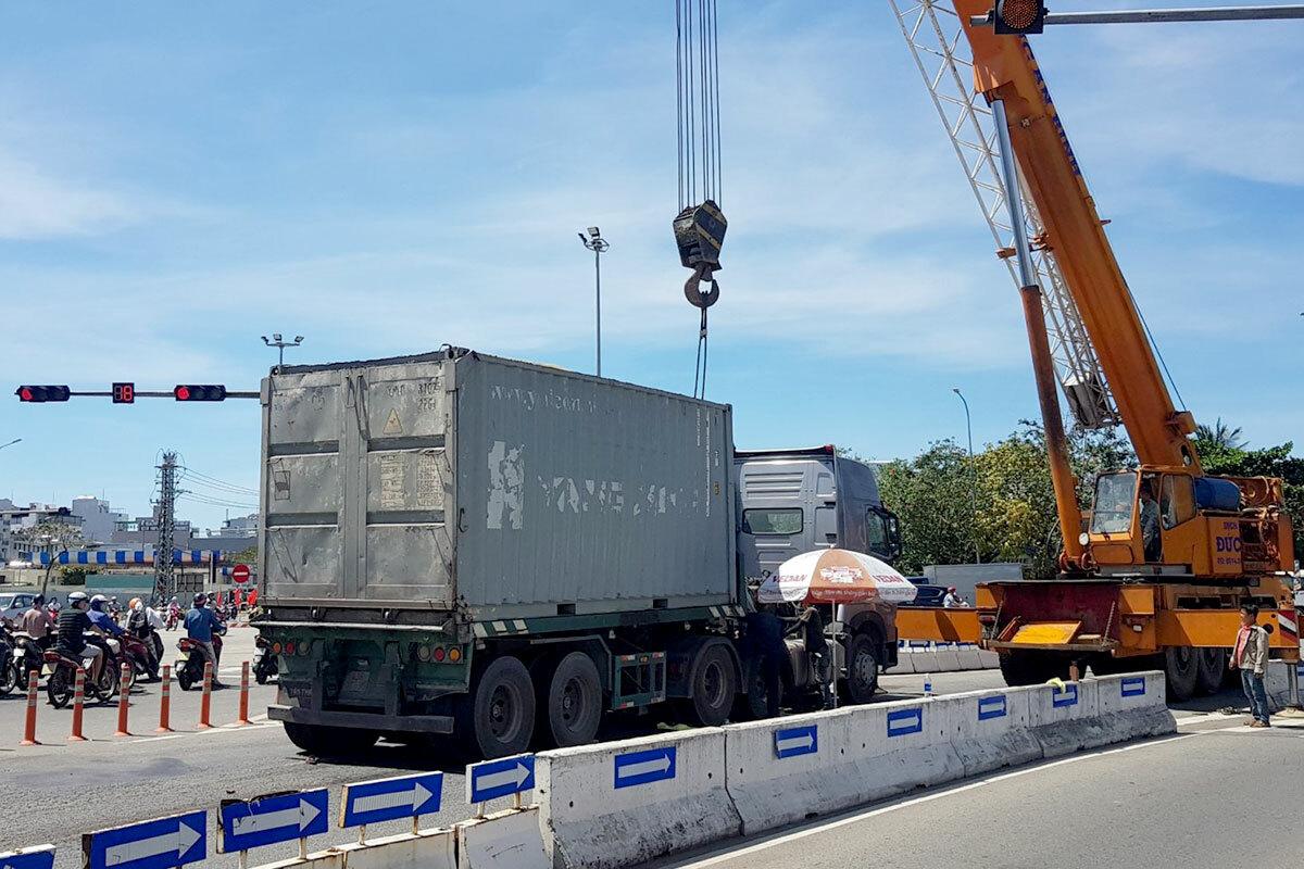 Lực lượng chức năng đưa xe cẩu đến giải phóng hiện trường tai nạn. Ảnh: Nam Sơn.
