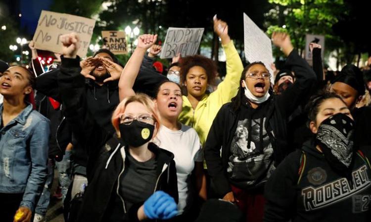 Người biểu tình tại thành phốPortland, bang Oregon, Mỹ hôm 31/5. Ảnh: Reuters.