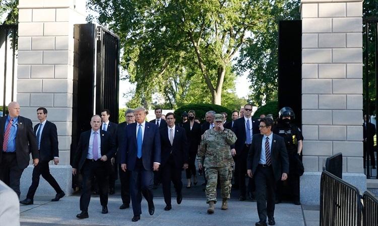 Trump (cà vạt xanh) và các quan chức rời Nhà Trắng sau bài phát biểu quốc gia chiều 1/6. Ảnh: AP.