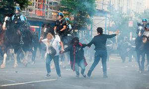 Cảnh sát đụng độ người biểu tình gần Nhà Trắng