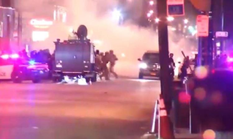 Hiện trường chiếc SUV lao vào cảnh sát ở thành phố Buffalo tôi s1/6. Ảnh: Stuff.