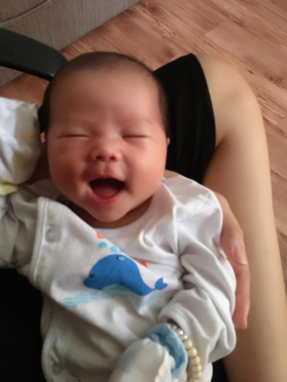 Nụ cười của con lúc 3 tuần tuổi