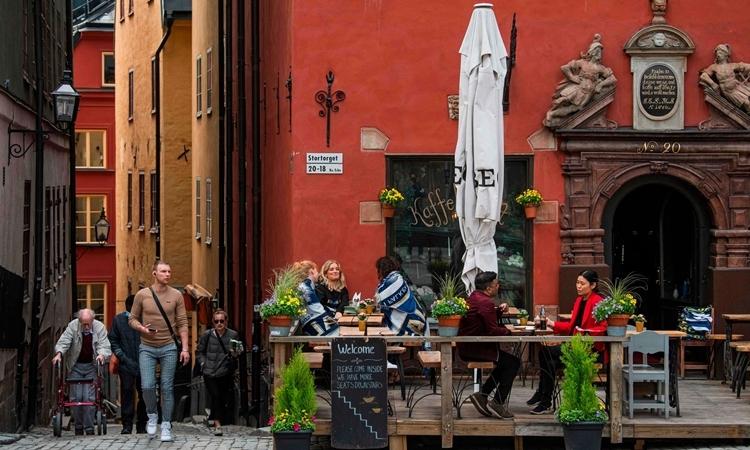 Người dân Thụy Điển trên đường phố Stockholm hồi tuần trước. Ảnh: AFP.
