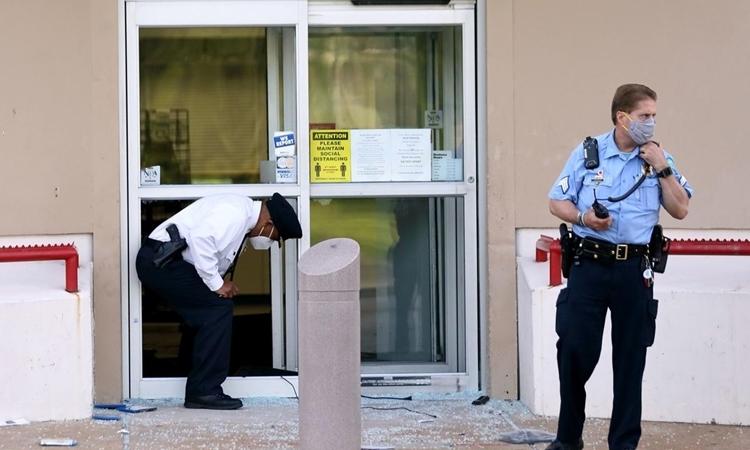 Cảnh sát tại hiện trường vụ nổ súng trước cửa tiệm cầm đồ và trang sức ởthành phố St. Louis, bang Missouri, Mỹ, hôm 2/6. Ảnh: AP.