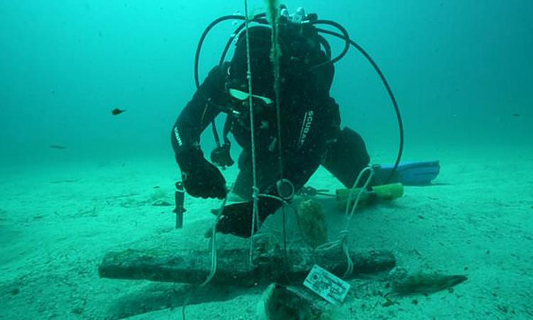 Thợ lặn trục vớt mỏ neo 2.300 năm tuổi. Ảnh:Soprintendenza del Mare.
