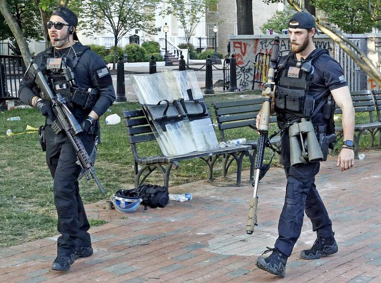 Đội bắn tỉa hộ tống Trump và quan chức Nhà Trắng tại Công viên Lafayette hôm 1/6. Ảnh: AP.