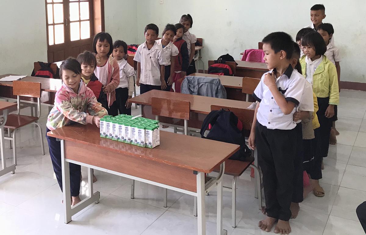 Học sinhtrường Phổ thông Dân tộc bán trú tiểu học Trà Tập, huyện Nam Trà My trong giờ ra chơi lấy sữa uống, sáng 3/6. Ảnh: Đắc Thành.