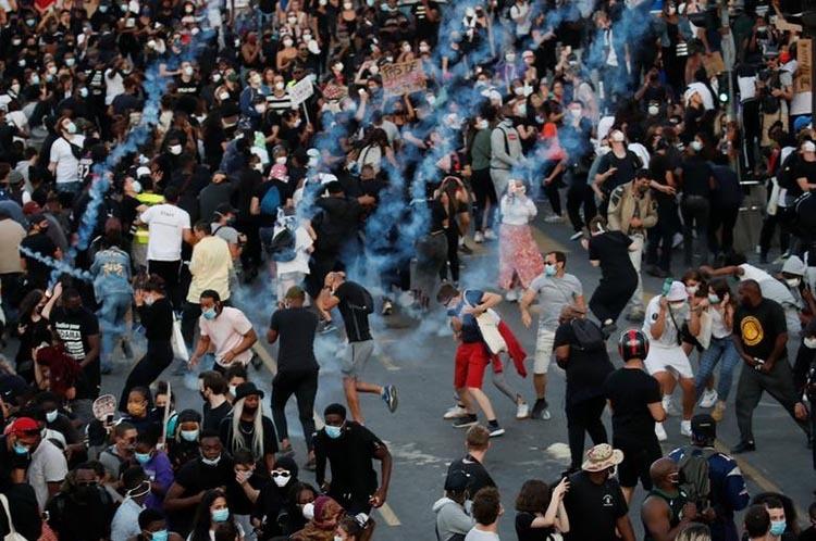 Cảnh sát bắn hơi cay vào mộtcuộc biểu tình trái phép trước tòa án ở Paris, Pháp, hôm 2/6. Ảnh: Reuters.