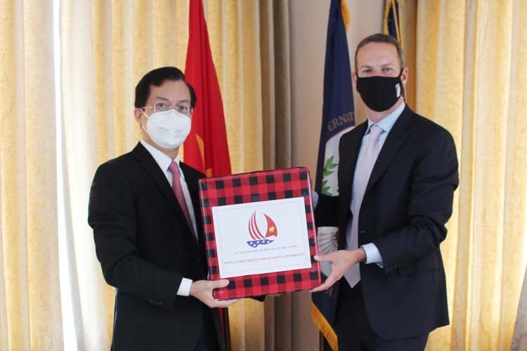 Đại sứ Việt Nam tại Mỹ Hà Kim Ngọc, trái, trao tặng khẩu trang cho ông Boehler tại Washington DC ngày 2/6. Ảnh: ĐSQVNTM.