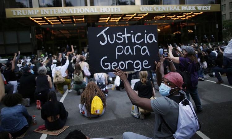 Người biểu tình quỳ và ngồi trước Khách sạn Quốc tế Trump ở New York hôm 2/6. Ảnh: Reuters.