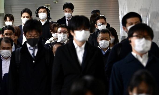 Người dân đeo khẩu trang phòng dịch tại một ga tàu ở Tokyo, Nhật Bản, hôm 10/4. Ảnh:AFP.