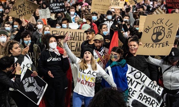 Đám đông tuần hành trong cuộc biểu tình vì quyền lợi của người da màu tại Sydney, Australia hôm 2/6. Ảnh: AAP.
