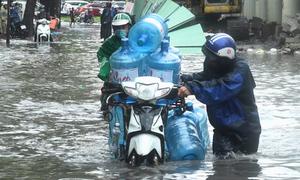 Hàng loạt xe chết máy khi đi qua 'rốn ngập' Sài Gòn