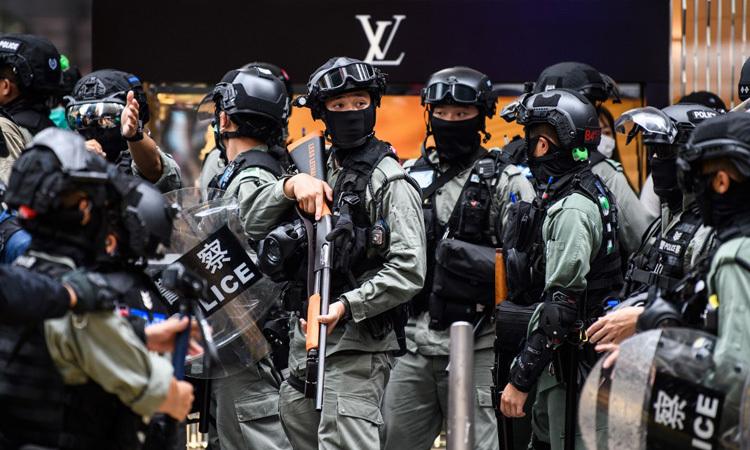 Cảnh sát chống bạo động giải tán đám đông tại Hong Kong hôm 27/5. Ảnh: AFP.