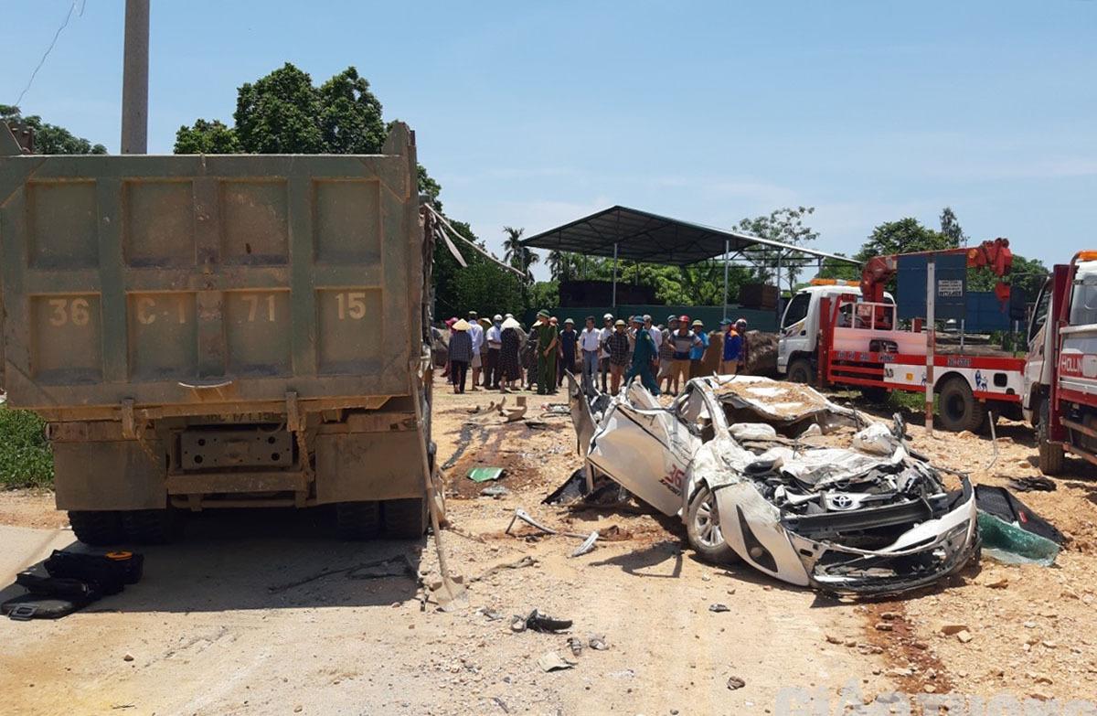 Chiếc xe con 5 chỗ biến dạng sau khi bị xe tải đè trúng. Ảnh: Lam Sơn.
