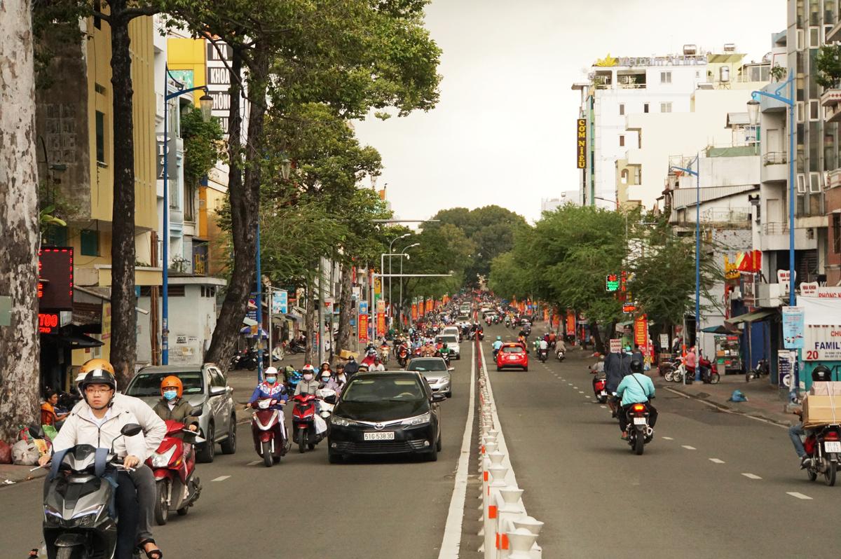 Đường Đinh Tiên Hoàng, đoạn từ chân cầu Bông đến Phan Đăng Lưu, quận Bình Thạnh. Ảnh: Mạnh Tùng.